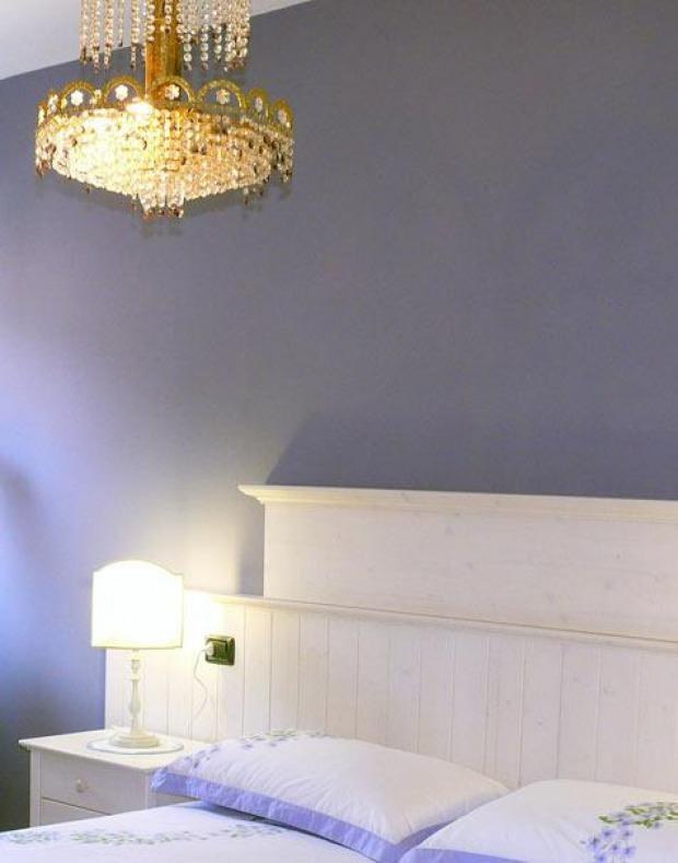 Illuminazione camera da letto provenzale: lampade da soffitto, da terra e da comodino