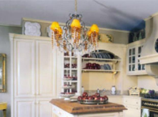Illuminazione cucina provenzale: tende, lampadari e lampade