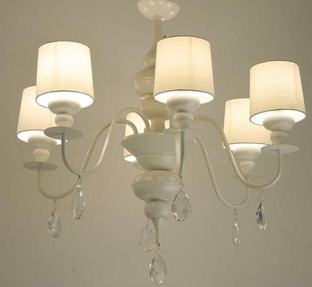 Illuminazione soggiorno provenzale: scegliere lampade e lampadari